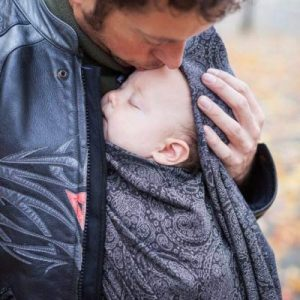 Dad kissing baby in Paisley Silver Ellevill Wrap